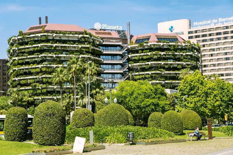 edificios-verdes-modernos-con-ajardinar-en-balcones-barcelona-136632960
